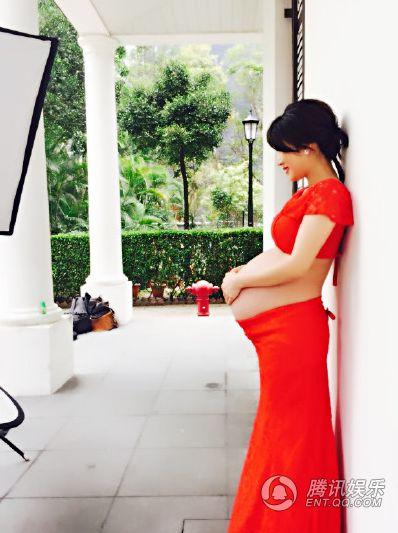 阔太李念晒怀孕9个月美照 大肚明显不忘凹造型